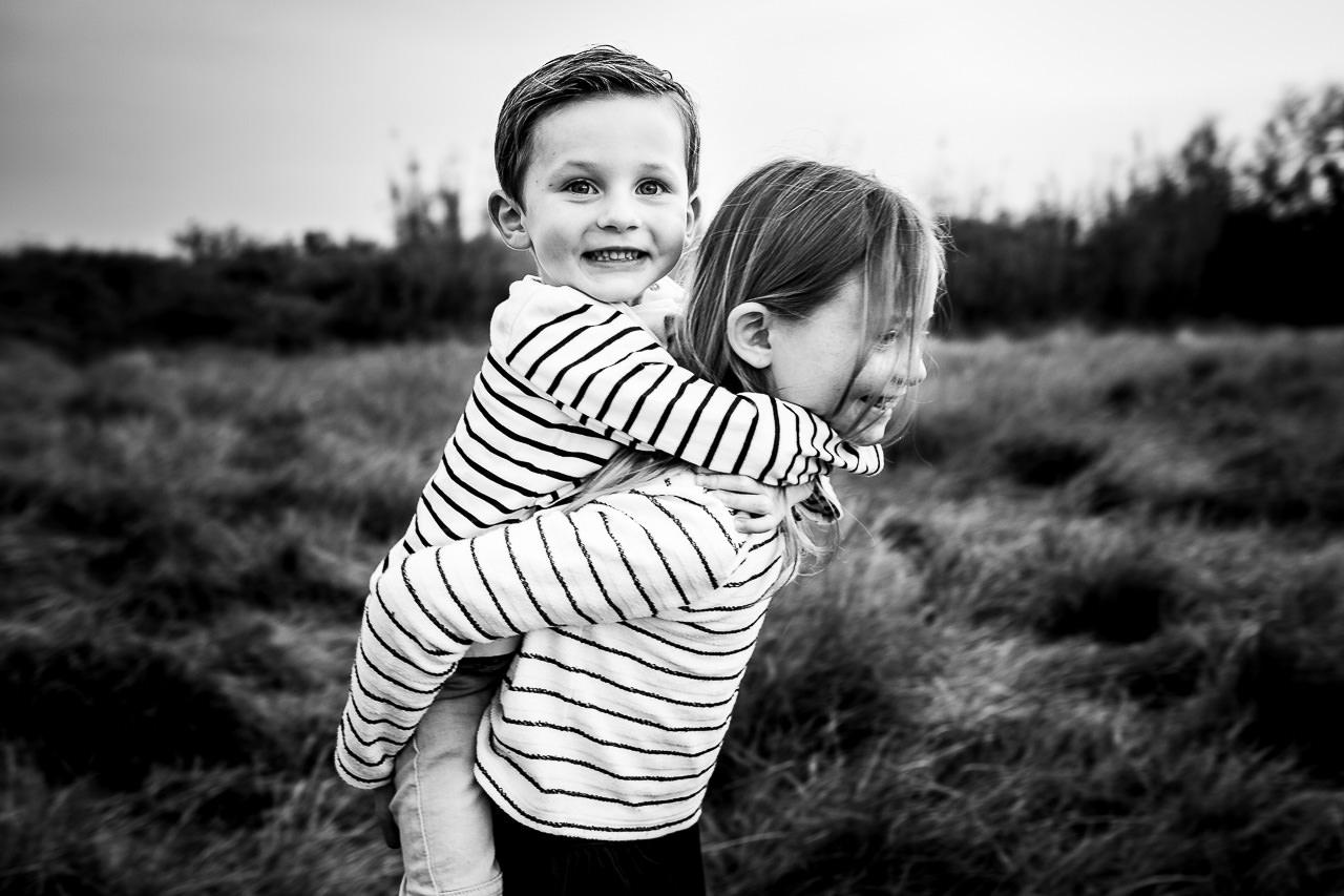 Photo de deux enfants lors d'une séance famille à Perpignan