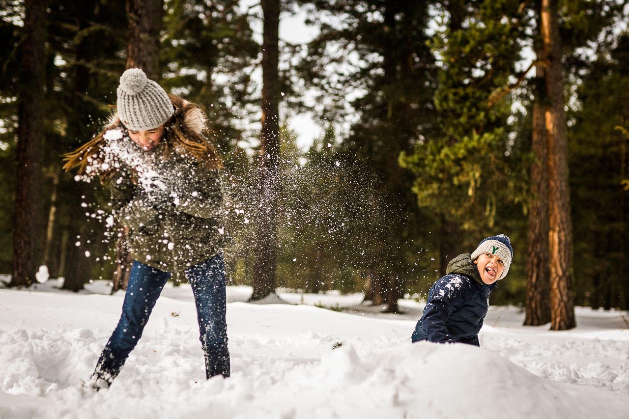 Photo de deux enfants jouant dans la neige pensant une séance photo famille à la montagne avec Olivier Bolte