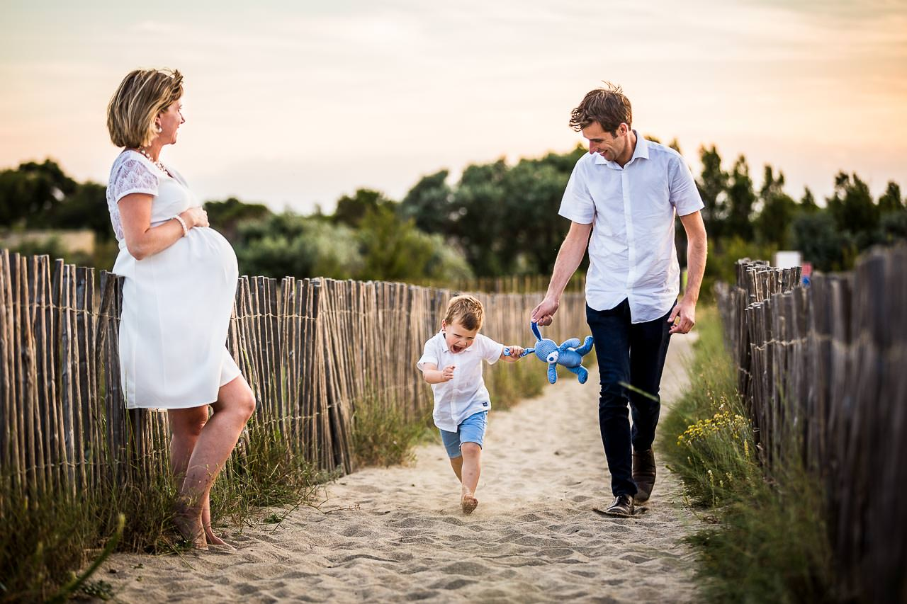Photo de famille naturelle sur la plage près de Perpignan