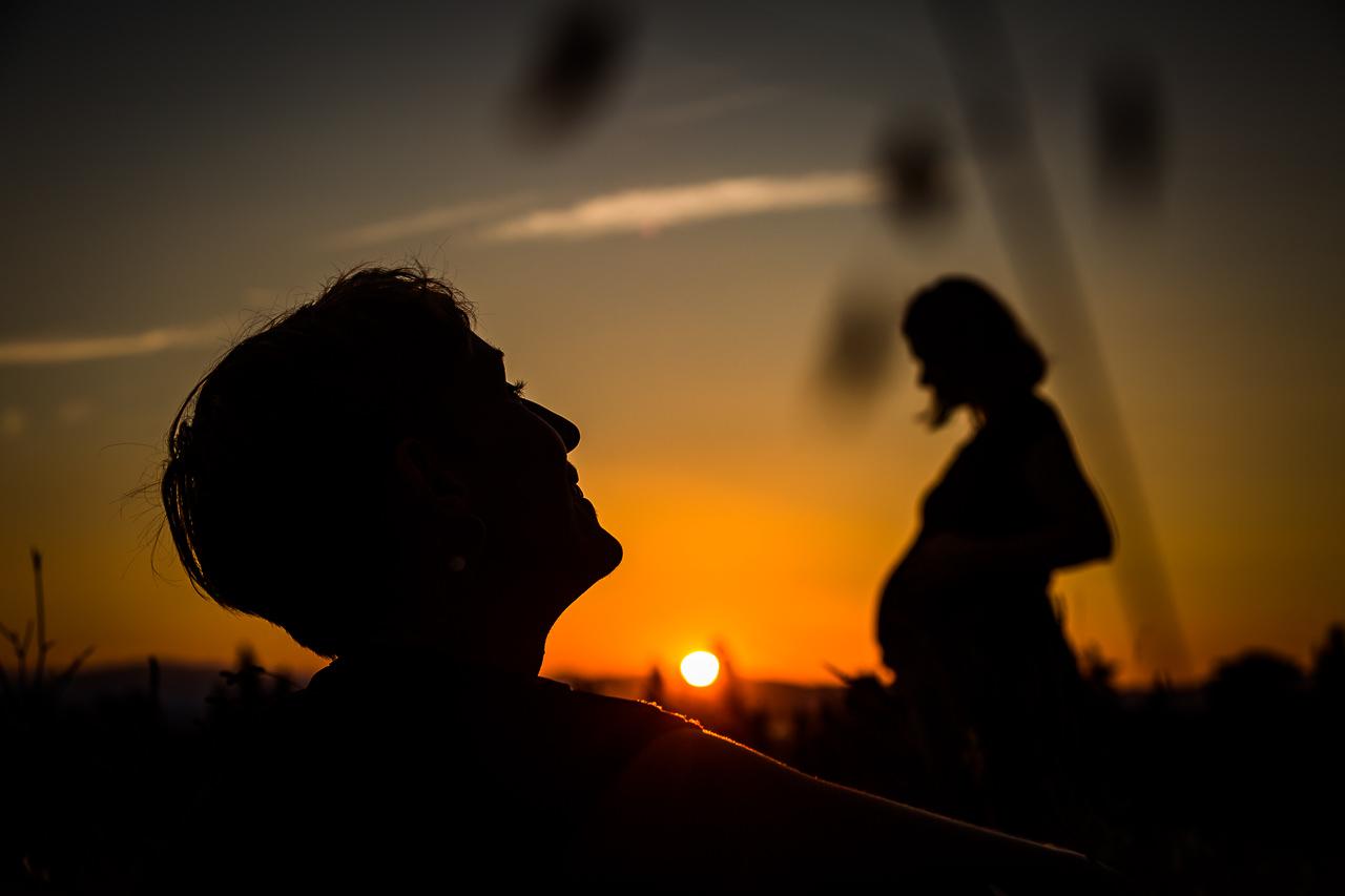 Photo famille créative avec coucher de soleil pendant séance grossesse