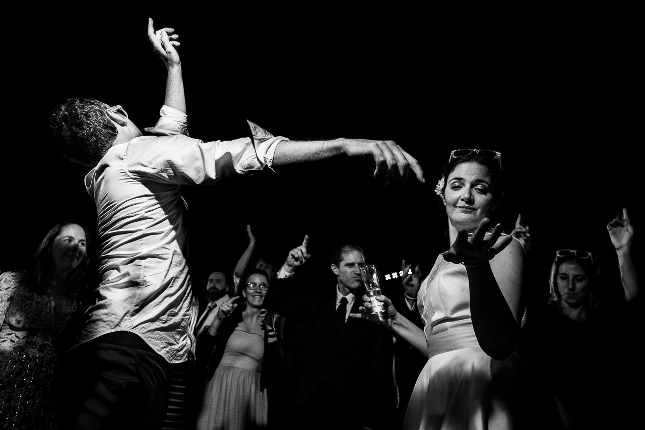 Photo de mariage originale des mariés ouvrant le bal au Domaine du Mas Conte à Canet en Roussillon