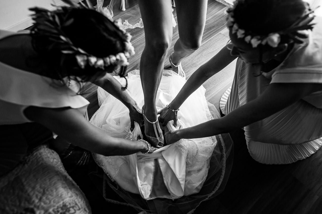 Photo d'une mariée enfilant sa robe pendant les préparatifs de son mariage au Domaine de l'Ale à Capestang