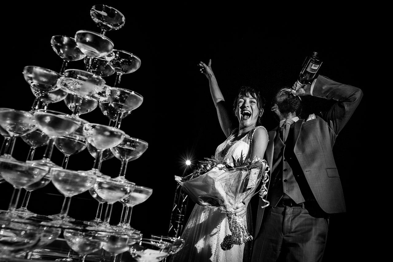 Photo originale d'un couple de mariés pendant leur soirée de mariage au Domaine de l'Ale à Capestang