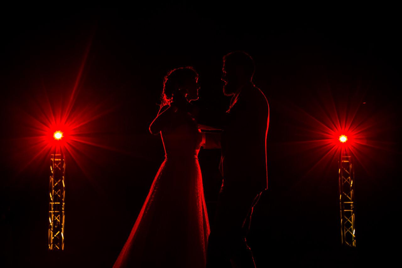 Photo de mariage originale des mariés pendant leur première danse au Domaine de l'Ale à Capestang