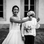 Photographie d'une mariée et son bouquet à son mariage au Château de Pennautier en Occitanie
