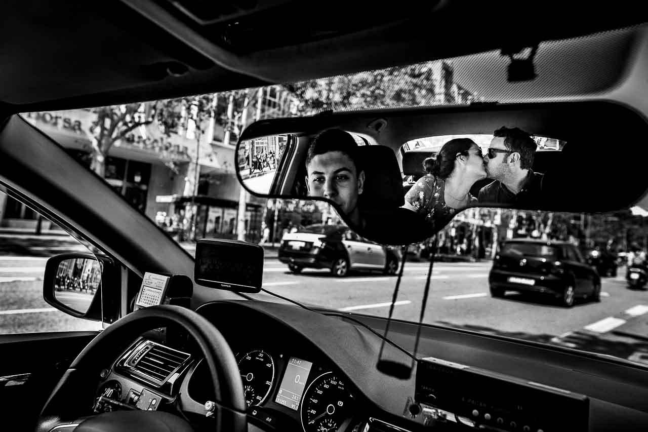 Photo créative d'un couple dans un taxi à Barcelone pendant une Love Session avec leur photographe Olivier Bolte