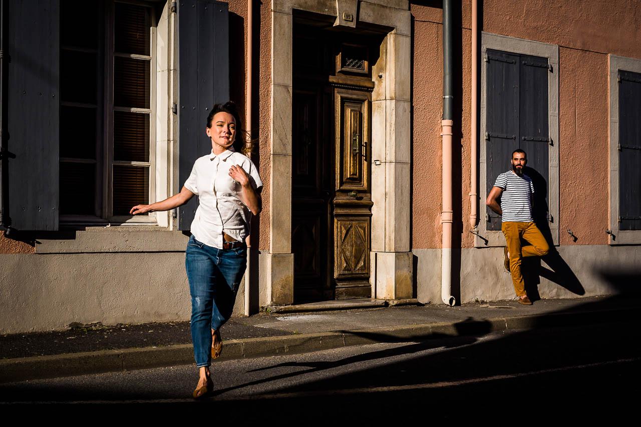 Photo pleine d'humour d'un couple de futurs mariés à Perpignan