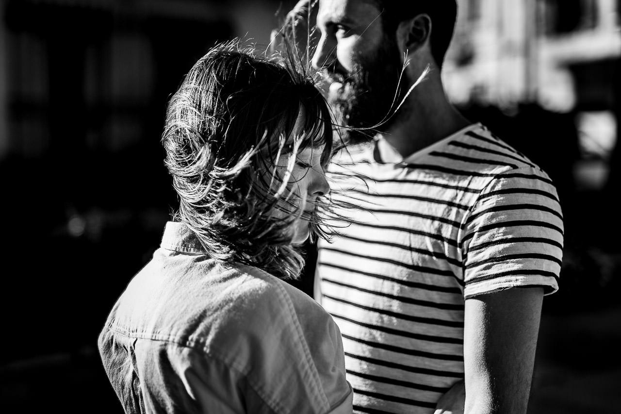 Couple qui pose dans le vent lors d'un shooting photo dans le 66