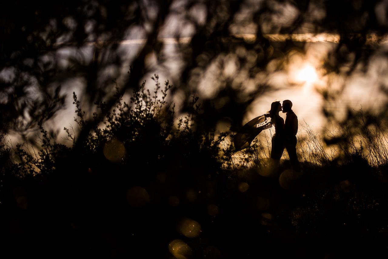 Photo créative d'un couple pendant leurs séance avant mariage avec Olivier Bolte photographe à Perpignan