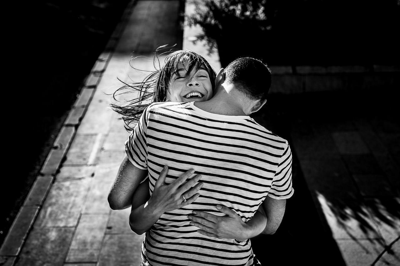 Couple qui s'embrasse pendant une séance avec le photographe Olivier Bolte