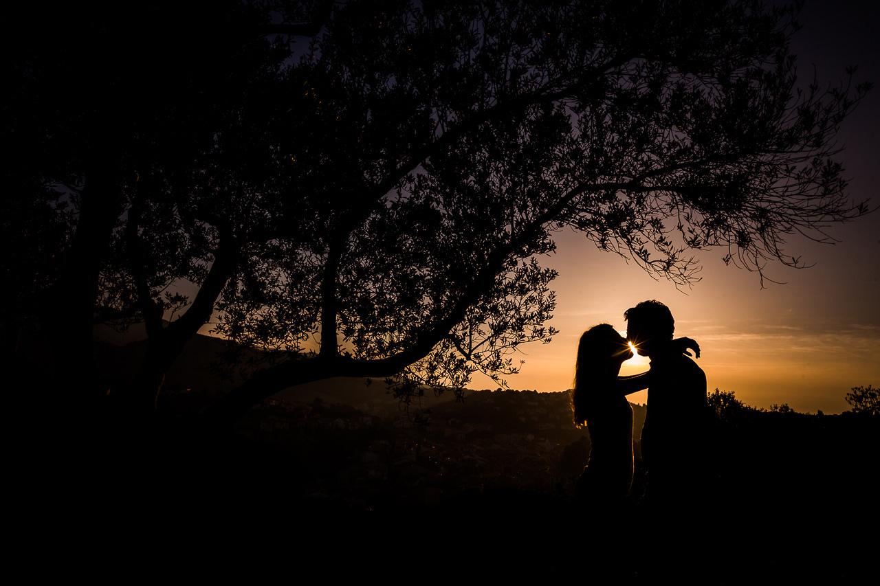 Silhouette d'un couple qui s'embrasse devant un coucher de soleil à Collioure