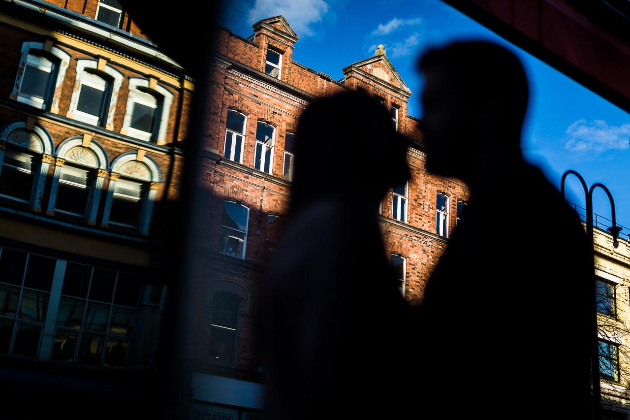 Silhouette d'un couple qui s'embrasse dans les rues de Belfast en Irlande du Nord