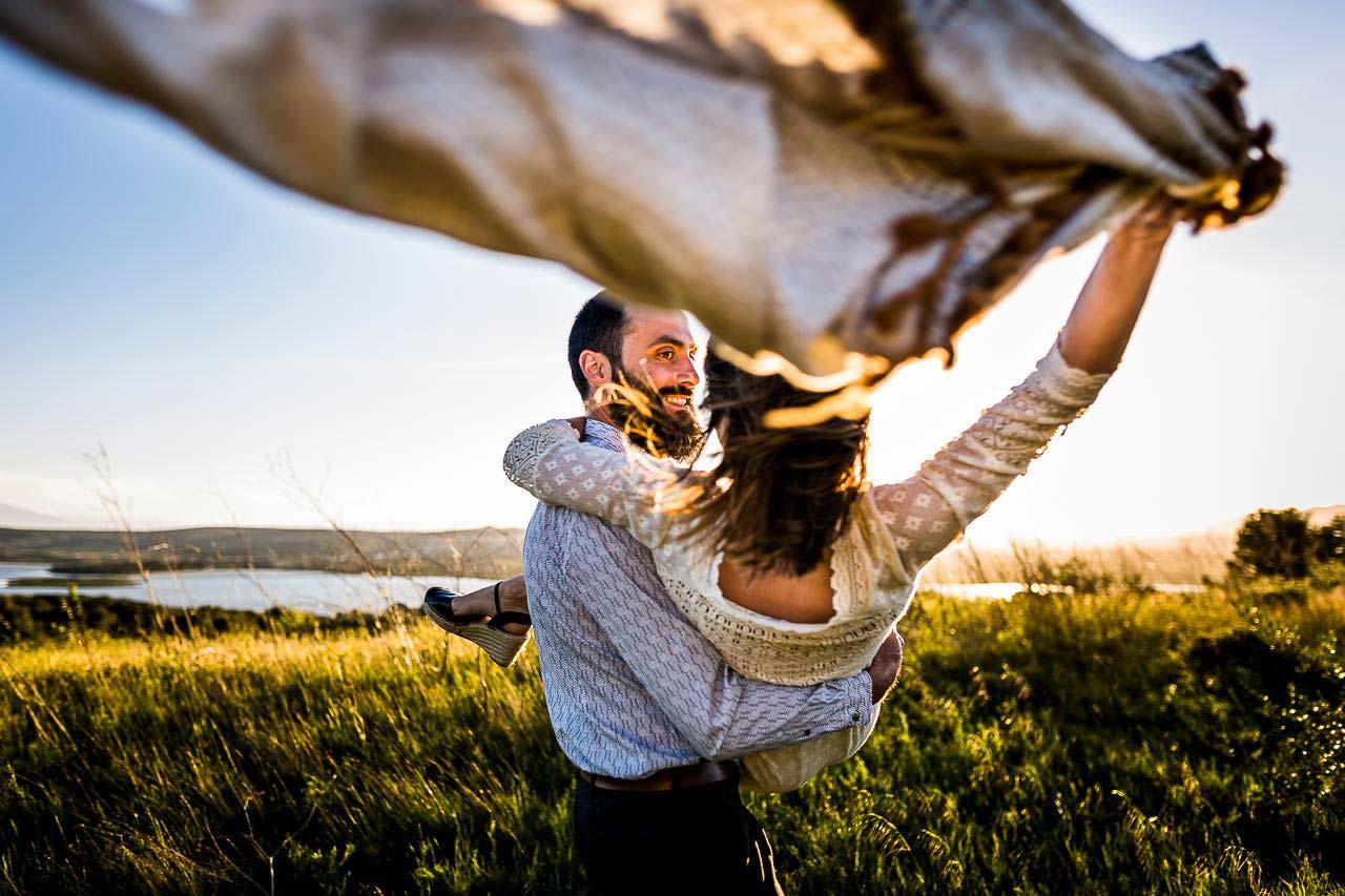 Photo naturelle d'un couple de futurs mariés jouant lors de leur séance engagement près de Perpignan