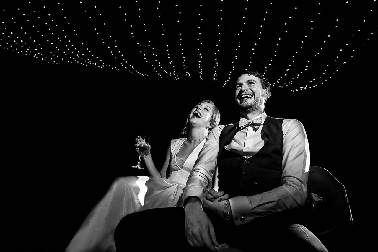 Photo naturelle d'un couple de mariés le jour de leur mariage au Château las Collas près de Perpignan