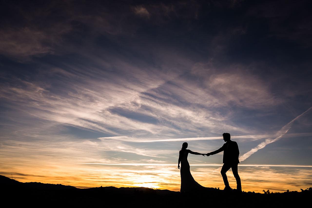 Photo des mariés pendant un coucher de soleil