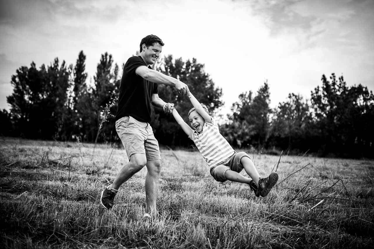 Photo d'un papa jouant avec son fils pendant une séance photo famille avec Olivier Bolte photographe à Perpignan