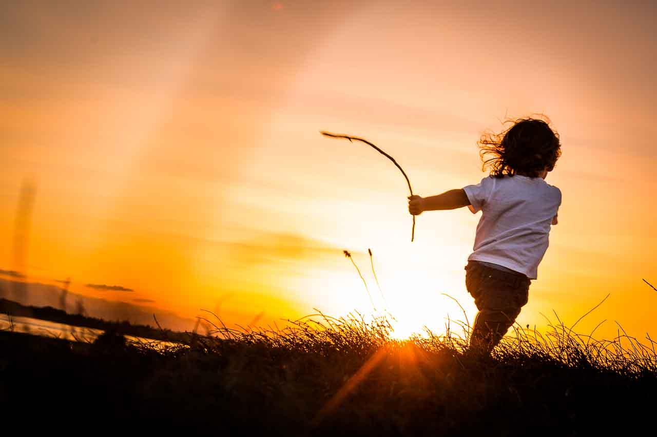 Photo d'un enfant jouant au coucher de soleil par olivier Bolte photographe à Perpignan