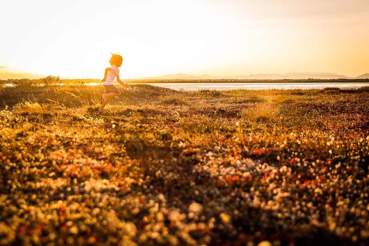 Photo d'un enfant courant près de la plage de Canet en roussillon
