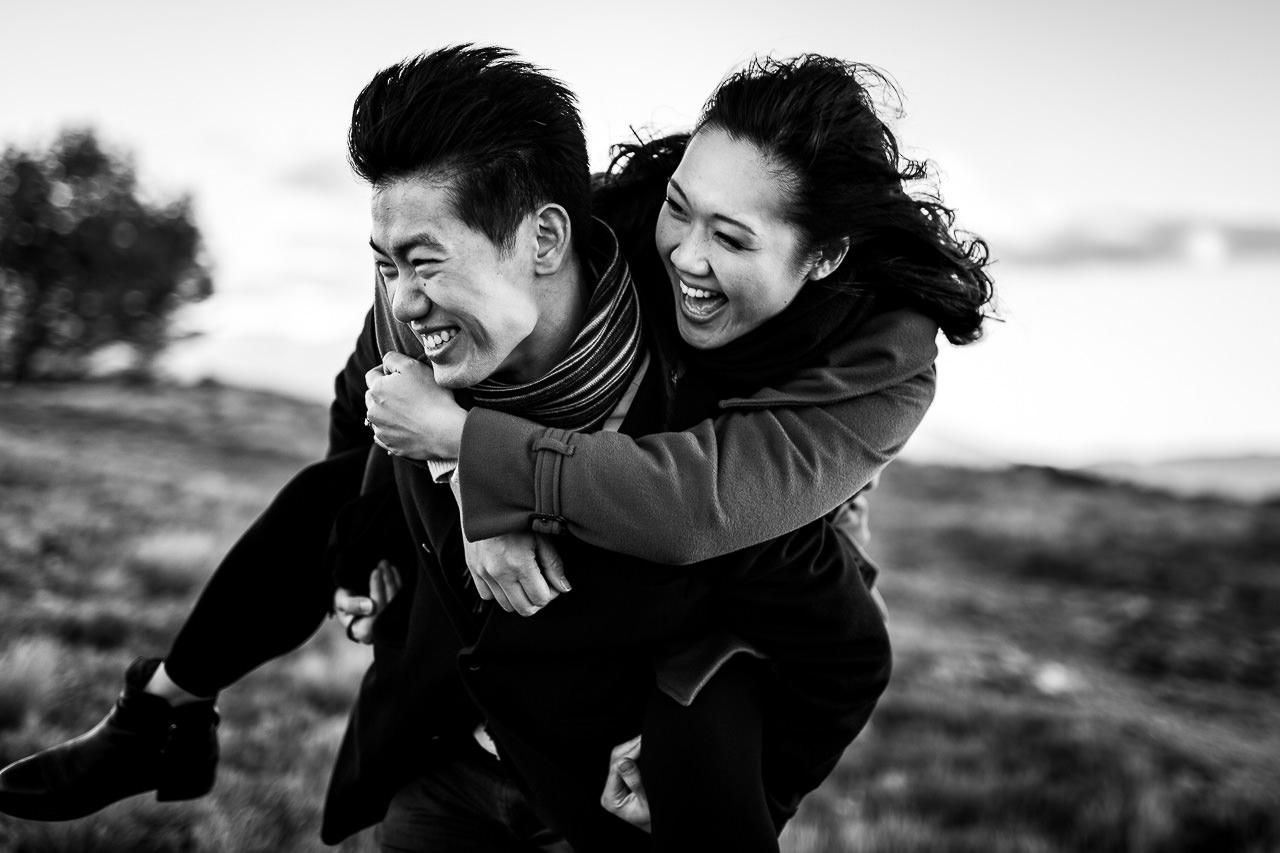 Photo fun d'un couple qui va se marier dans les pyrénées orientales