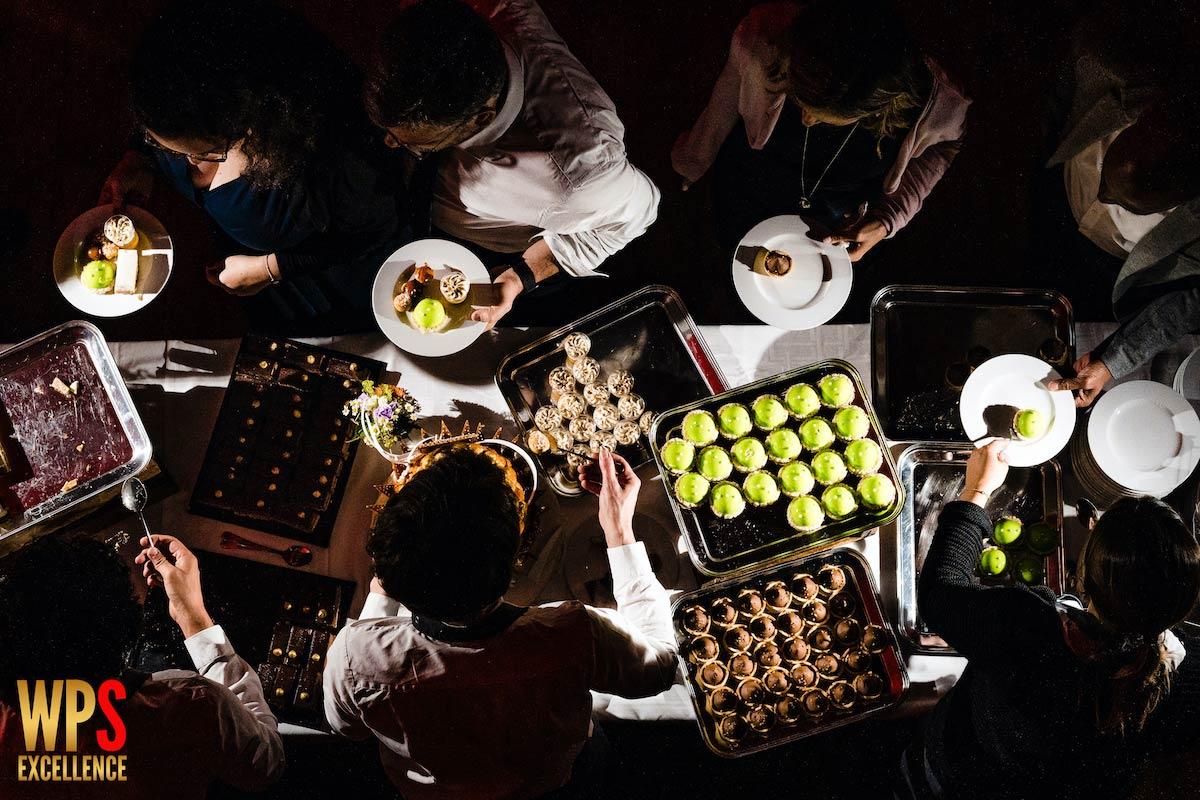 Traiteur servant le dessert et le wedding cake lors d'un mariage en Baie de Somme