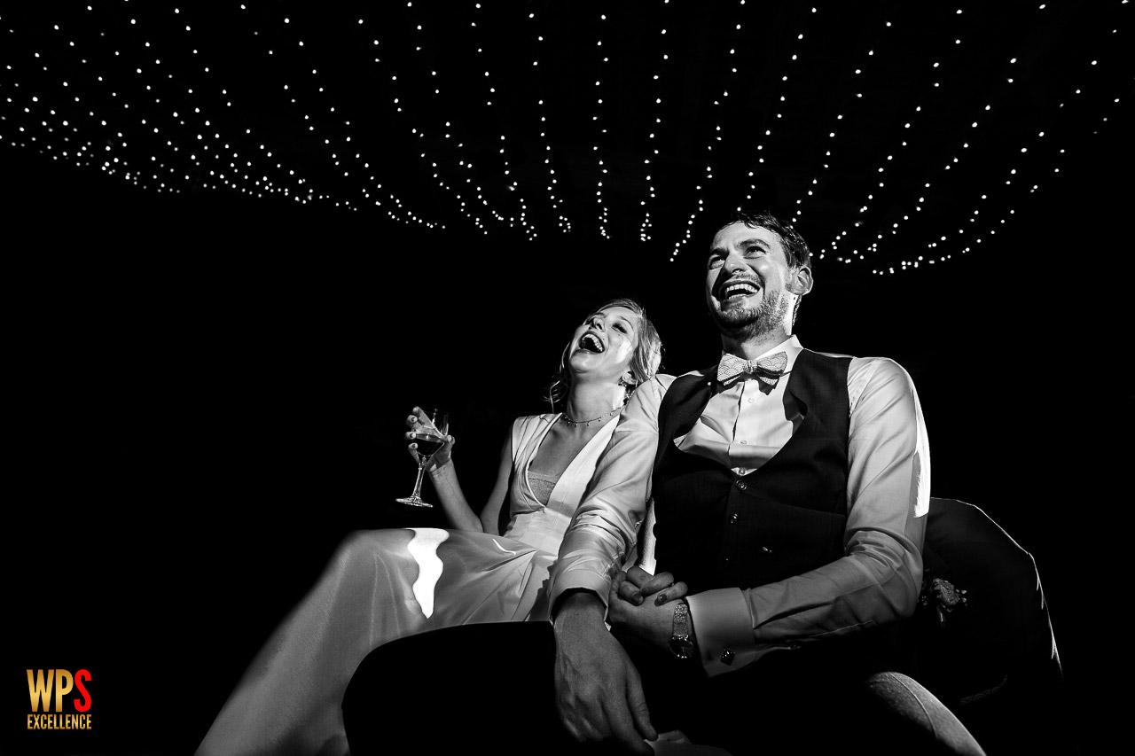 Photo d'un couple de mariés au Château Las Collas pendant la soirée