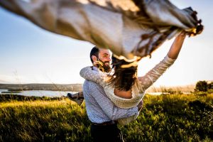 Un homme et sa future épouse qui dansent au coucher de soleil pendant un shooting couple à Leucate