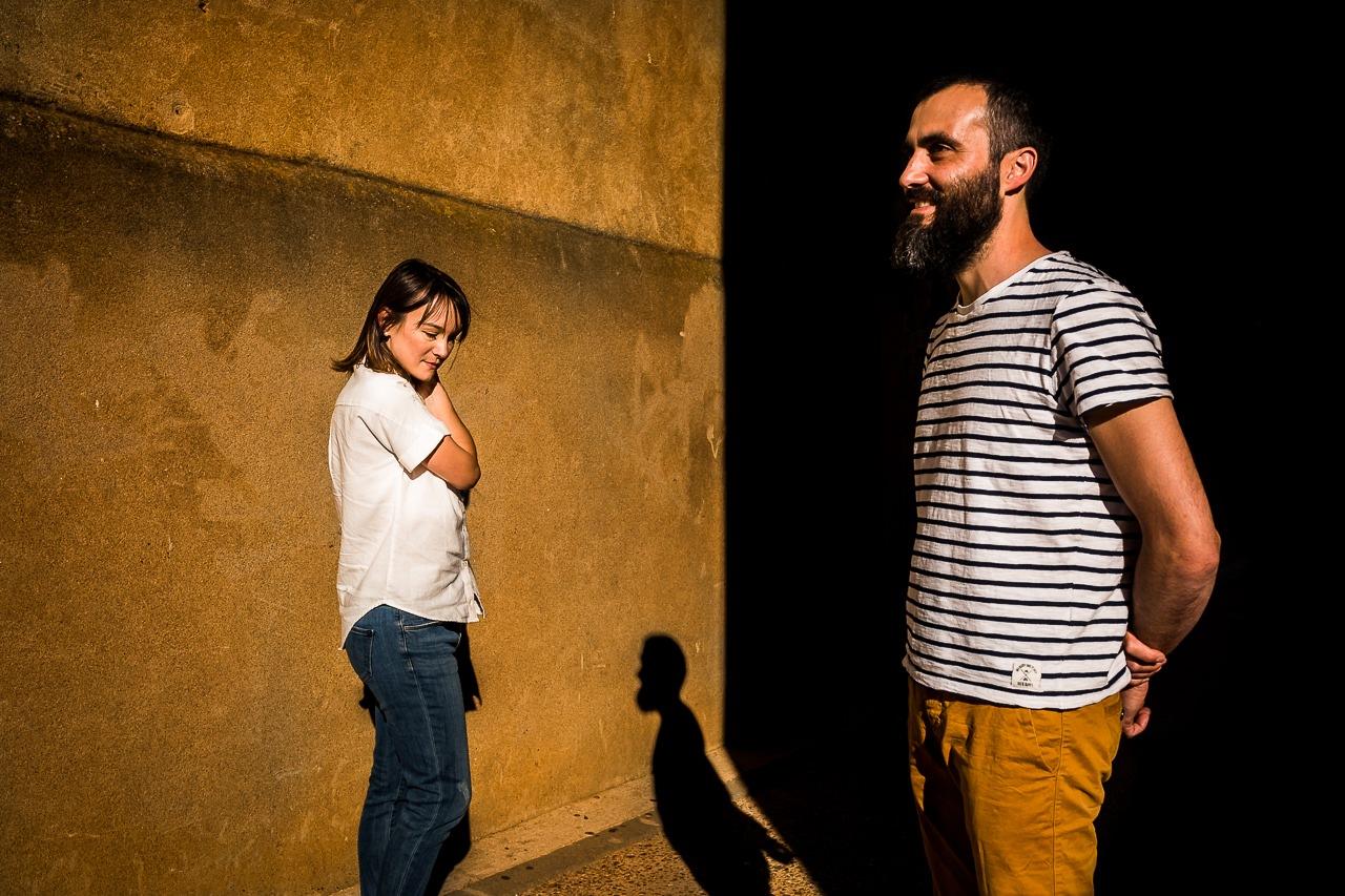 Photo créative d'un couple de futurs mariés dans les rues de Leucate, près de Perpignan
