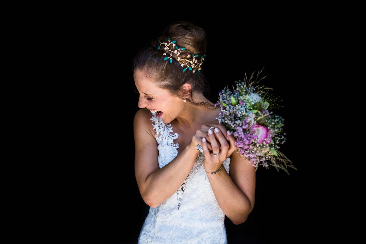 portrait naturel d'une mariée riant avec son bouquet le jour de son mariage au Mas Rières dans le 66