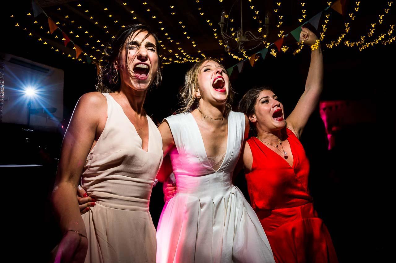 Une mariée et ses témoins dansant lors d'un mariage au Château Las Collas