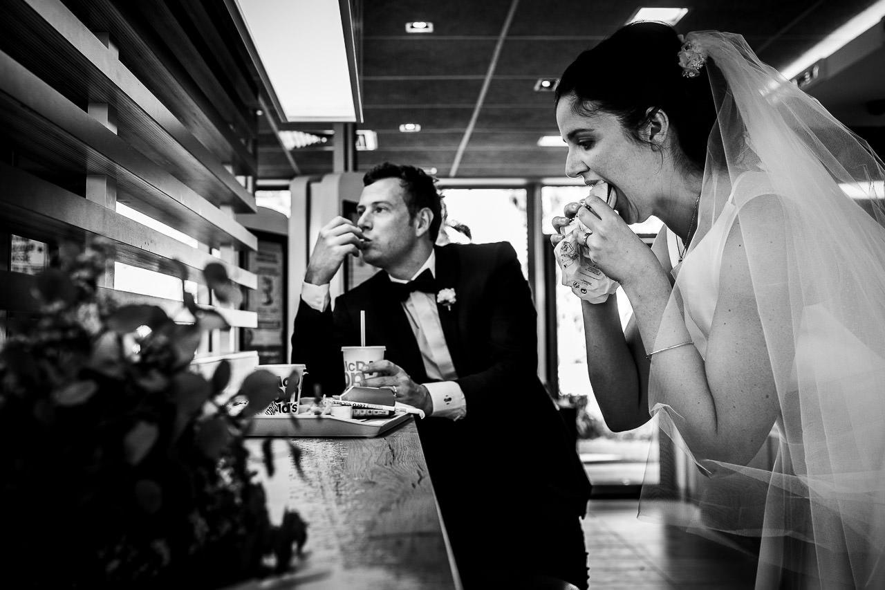Couple de mariés faisant une pause au Mac Donald's à Canet en Roussillon avant de retourner à leur mariage au Domaine du Mas Conte