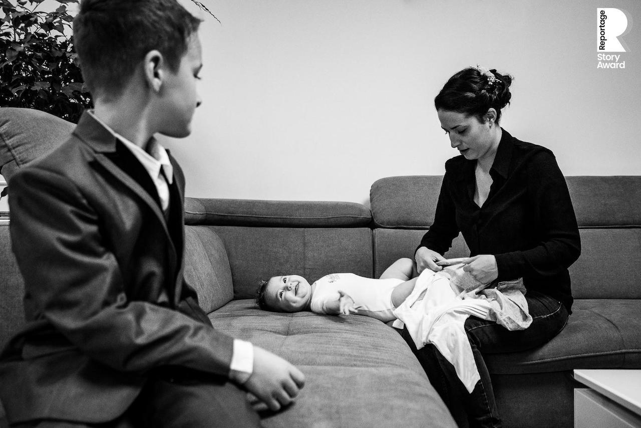 Scène de vie d'une famille qui se prépare avant la cérémonie de mariage à Paris