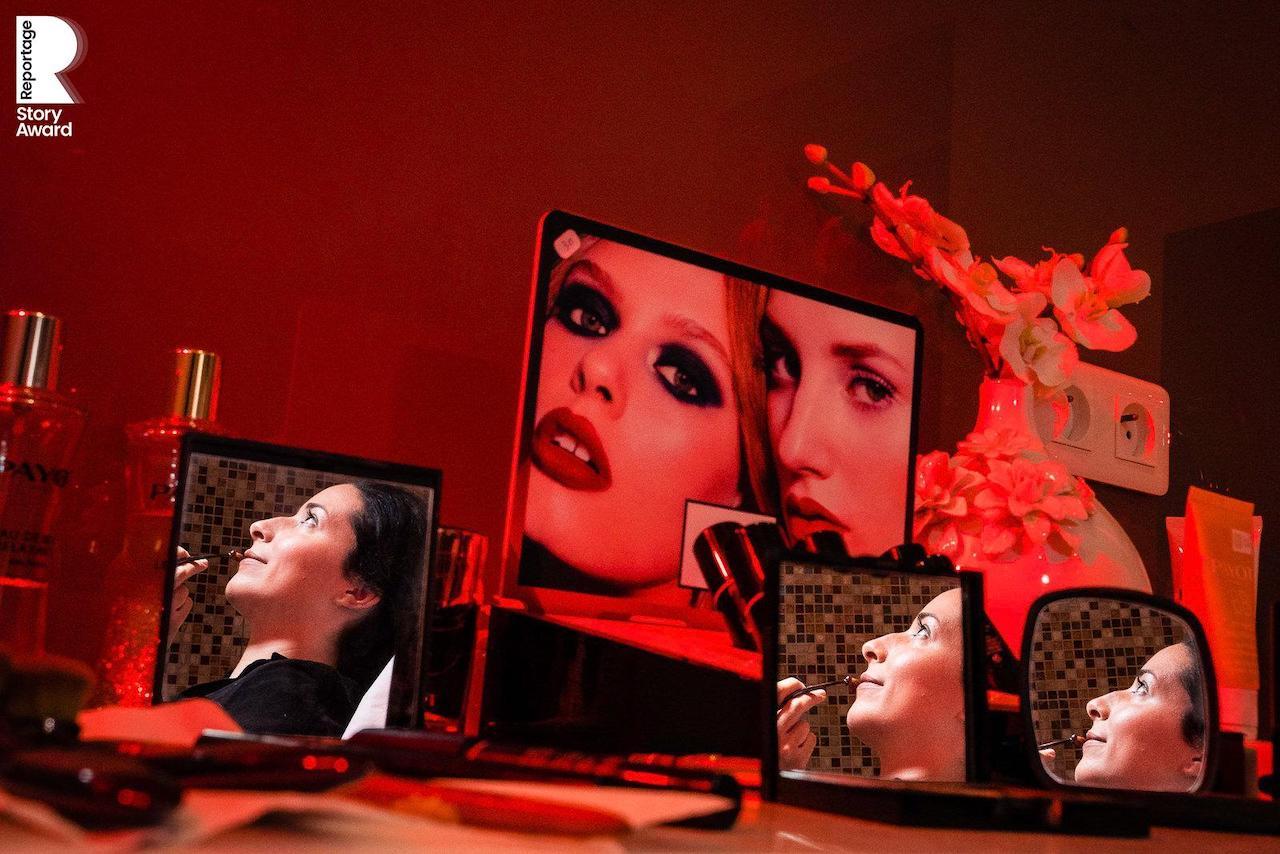 portrait créatif de la mariée pendant son maquillage avant la cérémonie de mariage à Paris