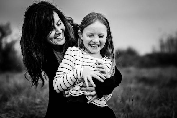 Maman serrant sa fille dans ses bras pendant shooting photo dans le 66