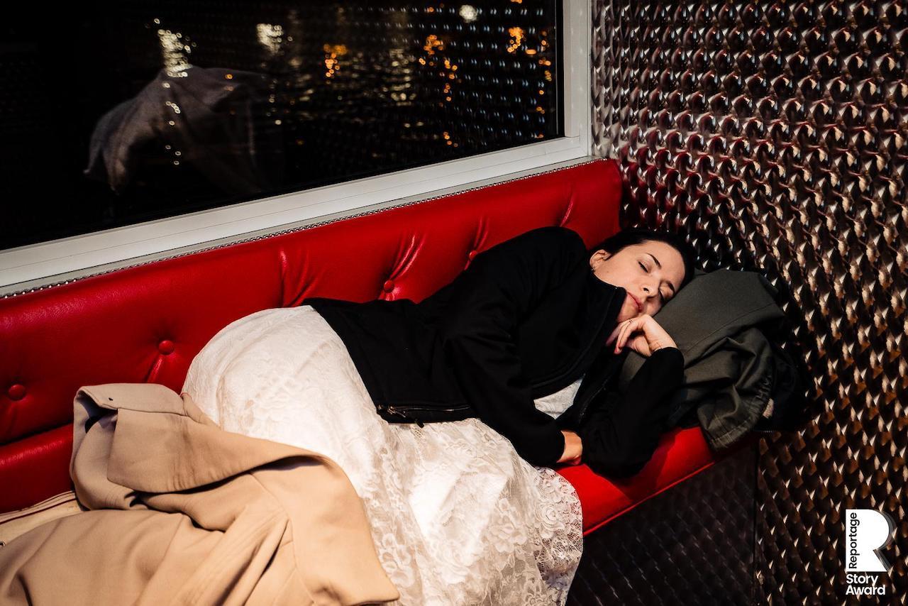 Portrait attendrissant de la mariée qui dort à son mariage sur une péniche à Paris