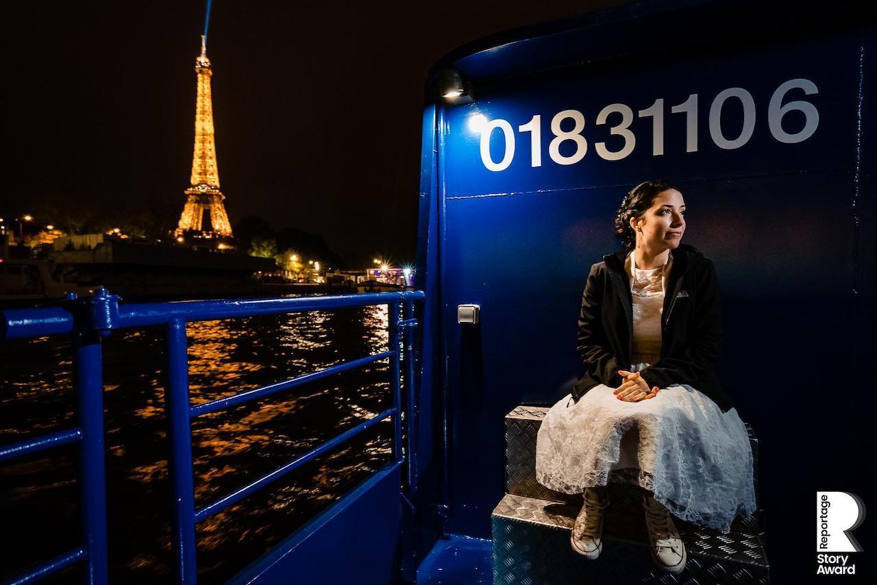 Portrait de la mariée sur une péniche devant la tour Eiffel à Paris pendant son mariage
