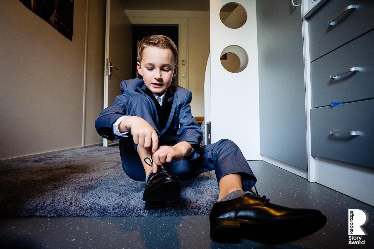 Portrait d'un enfant qui se prépare pour le mariage de ses parent par le photographe Olivier Bolte