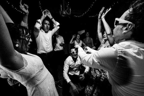 La mariée et ses amis dansent sur le dancefloor sur la musique du dj pendant leur mariage au Château Las Collas dans le 66
