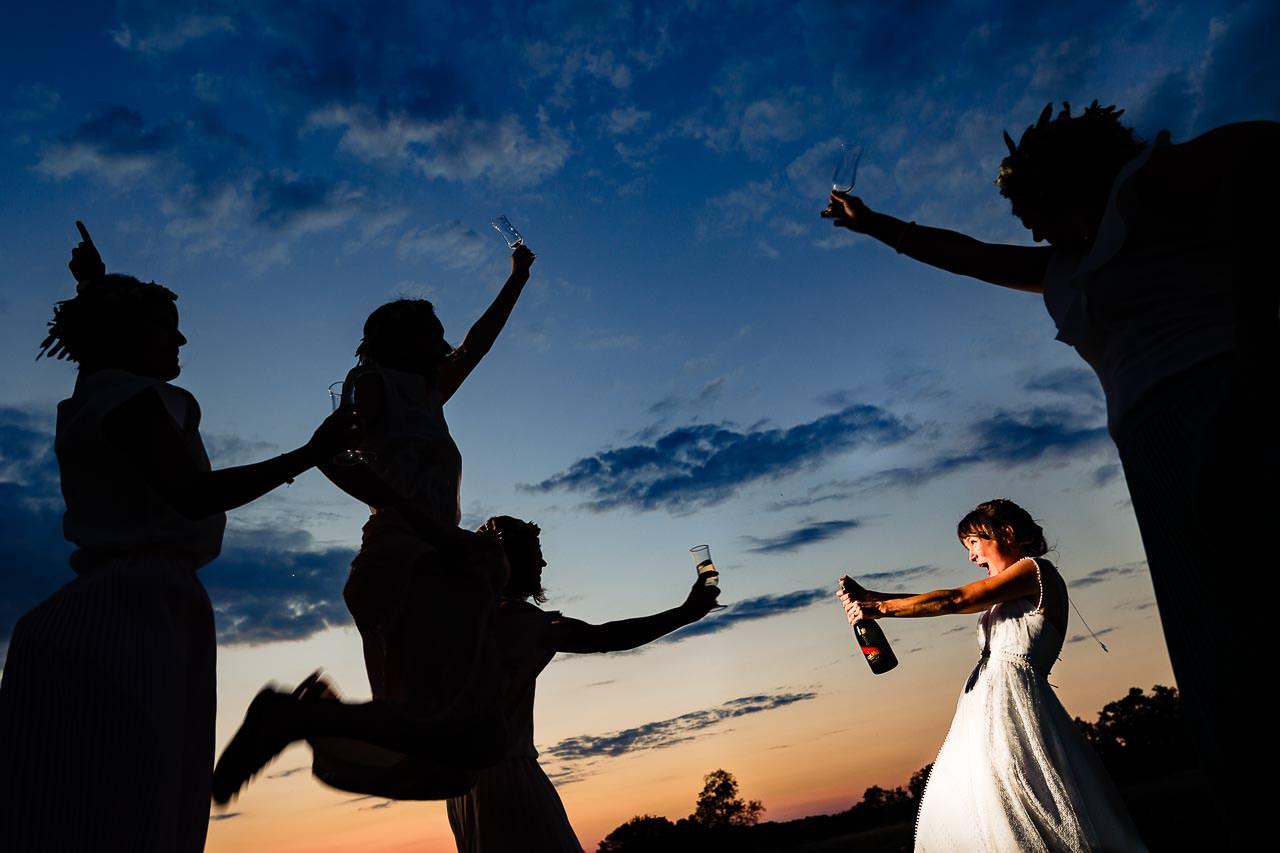 Photographie créative d'une mariée et ses témoins lors de la réception de mariage en occitanie