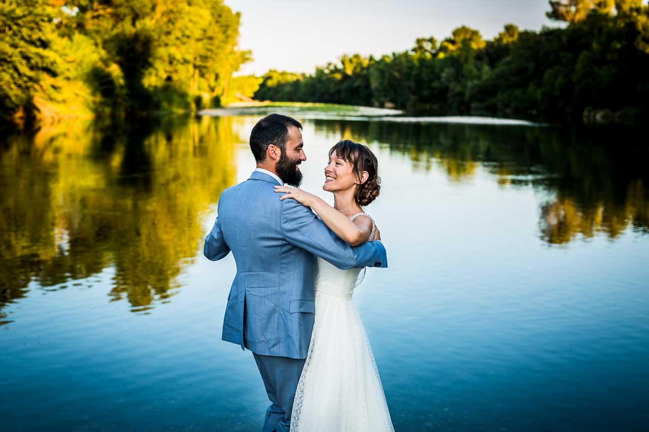 photo d'un couple complice qui danse près de l'eau après leur mariage au Chateau de l'Ale