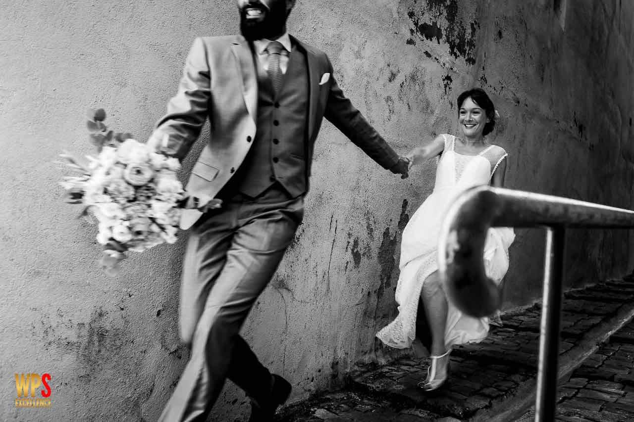Photo d'un couple complice pendant leur séance Trash the dresse de mariage en occitanie