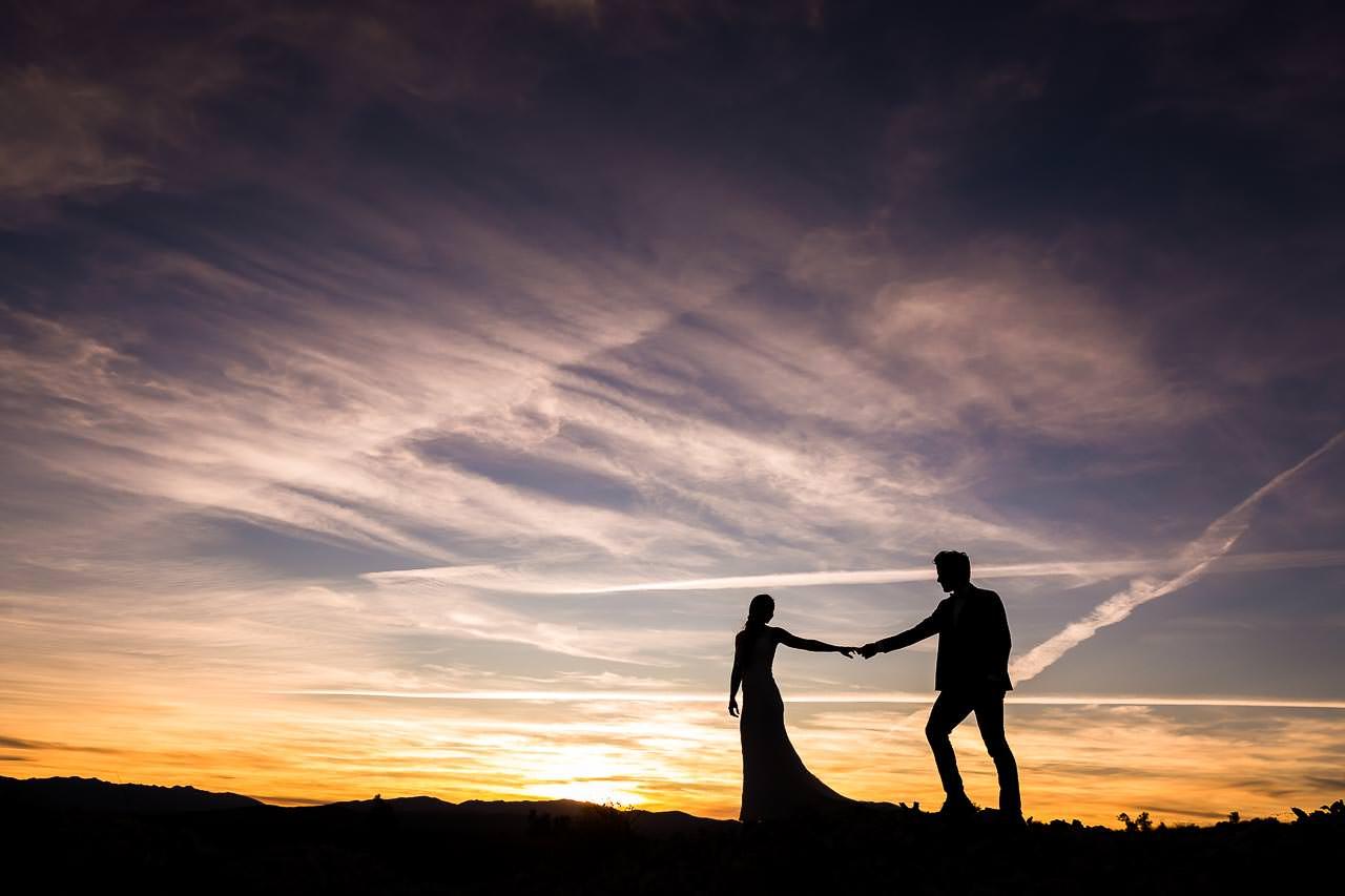 Couple de mariés se promenant au coucher de soleil après leur mariage au Mas Rières à Toulouges dans le 66