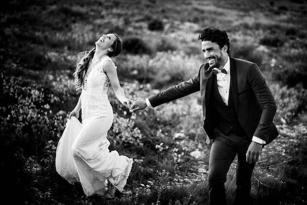 Portrait naturel d'un couple pendant une séance Trash the dress le lendemain de leur mariage dans le 66