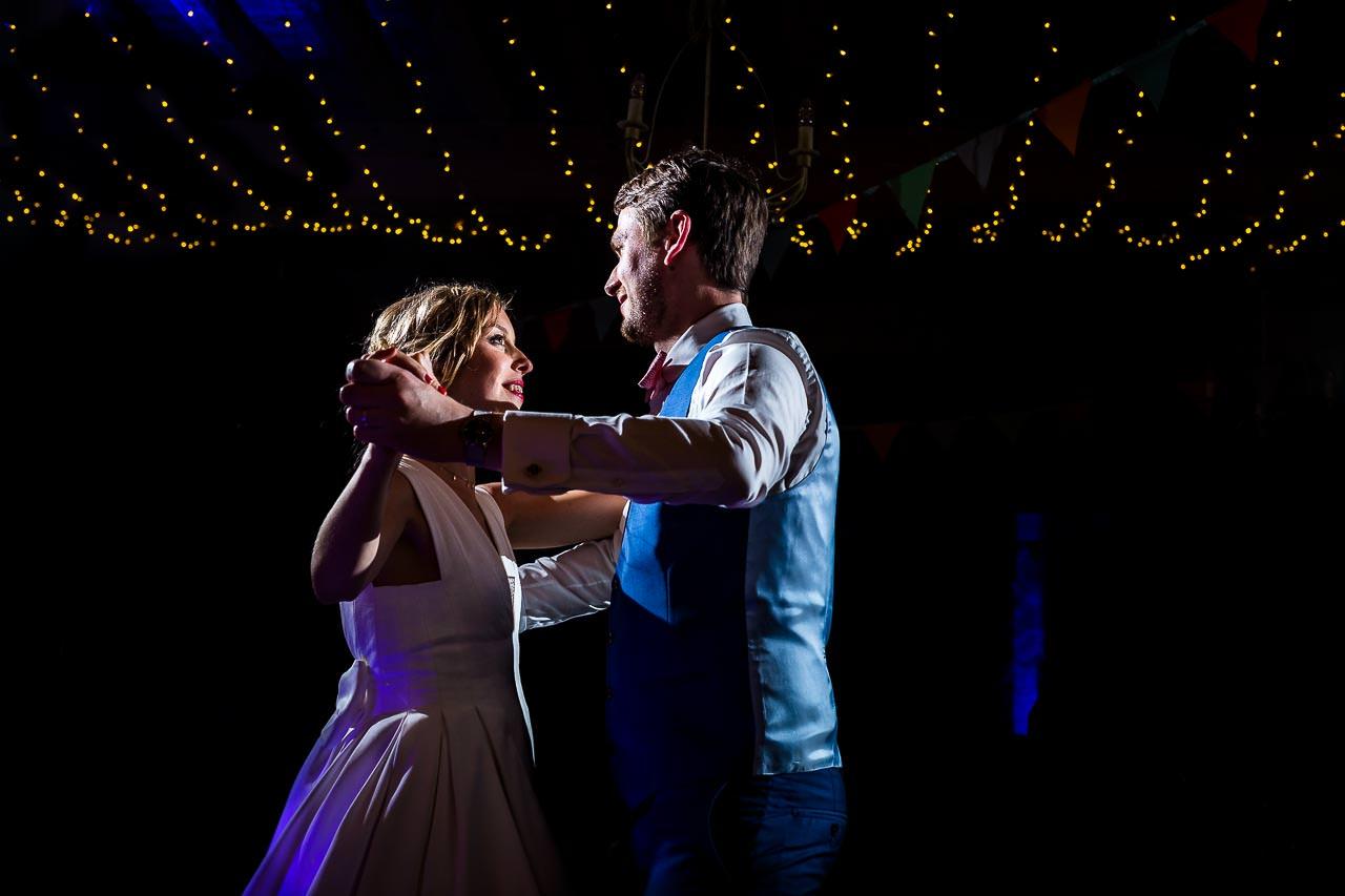 Photo de mariage originale d'un couple de mariés pendant la première danse au Château las Collas à Thuir