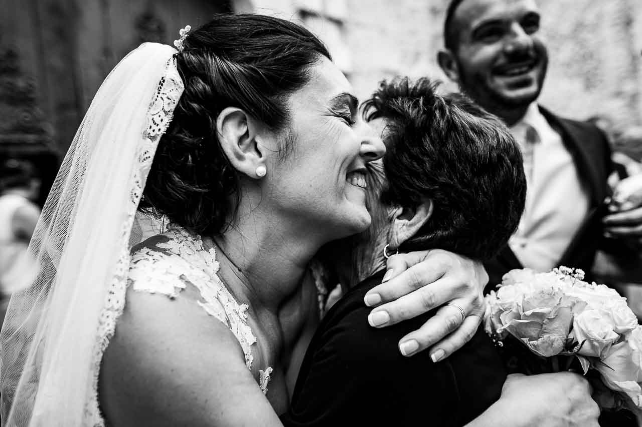 Photo d'une mariée embrassant sa grand mère après la cérémonie de son mariage près de Perpignan