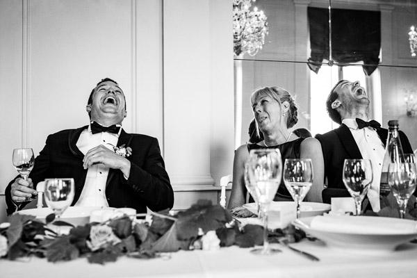 Le marié et son témoin éclatants de rire pendant le repas de son mariage au château de Pennautier en occitanie