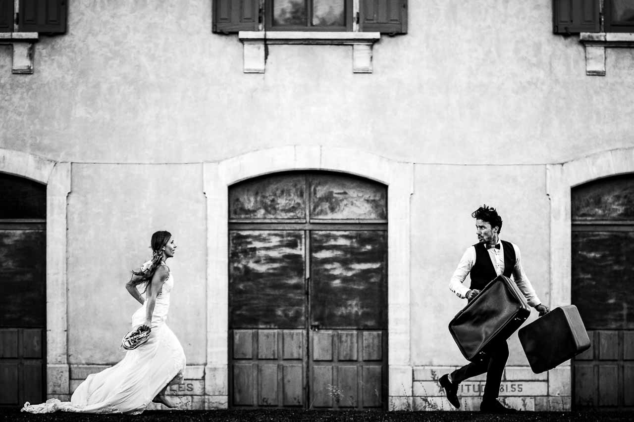 Photo de mariage originale pendant séance trash the dress près de Perpignan