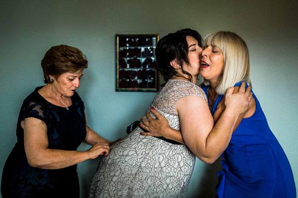 Une témoin de la mariée embrasse la famille le jour du mariage à Perpignan 66