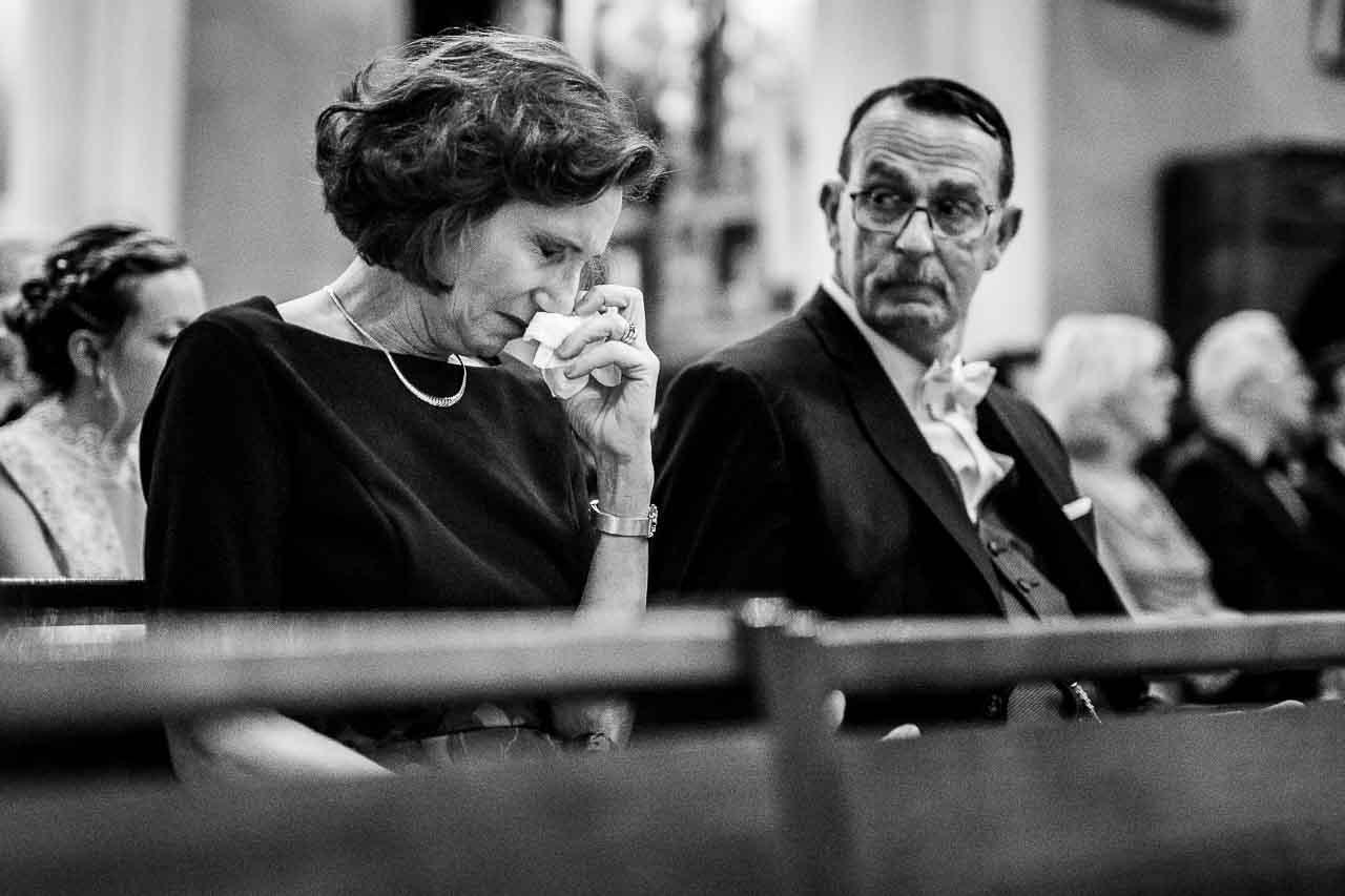 Photo des parents du marié pendant la cérémonie à l'église près de Perpignan