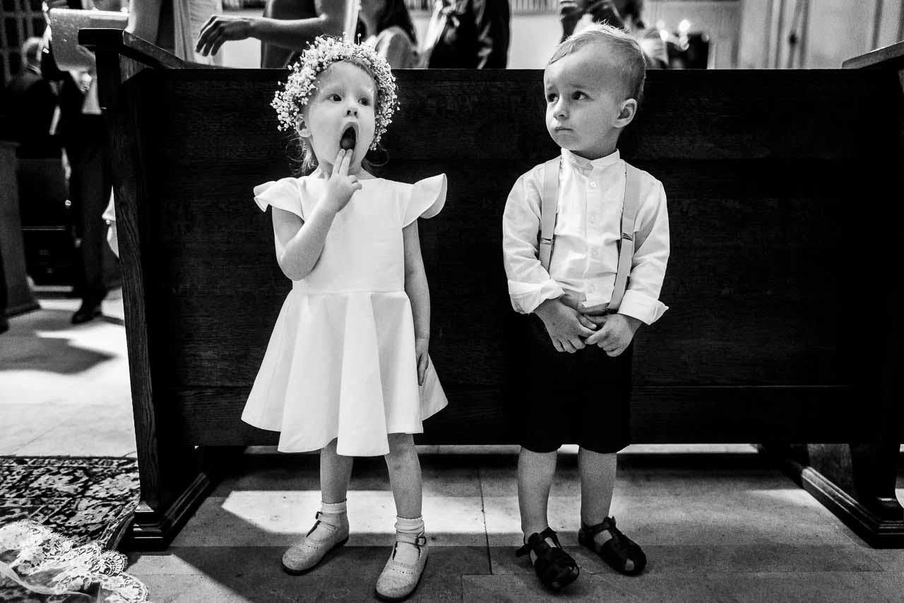 Photo d'enfants pendant la cérémonie religieuse d'un mariage près de Perpignan