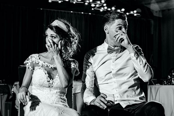 La mariée et le mari submergés par l'émotion pendant le discours des témoins lors de leur mariage à Perpignan
